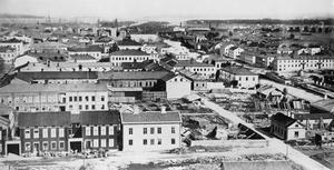 Trots att det inte var brukligt att ägna sig åt bostadsbyggande vintertid för 150 år sedan satte de fart direkt under hösten. Stadens återhämtning gick i expressfart och tre år senare, när den här bilden tros ha tagits, hade man i princip hunnit i kapp. Bilden är tagen från kyrktornet av K.A. Sjöberg.