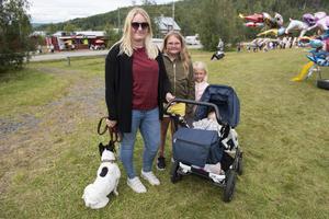 Emma, Nellie Minnah och Lance Thelin tillsammans med hunden Fiona.