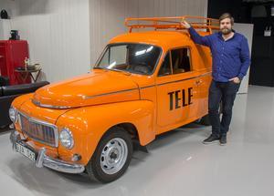 Denna gamla Volvo Duett i Televerkets klassiska orange färg är en av bilarna i hallen. Helmer Hallklint säger att allt är till salu till rätt pris men att vissa bilar kan kännas svårare att sälja än andra.