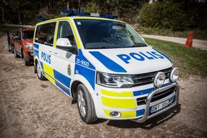 Flera polispatruller fanns på plats i Karlsbyheden, Sundborn, i helgen när Sundborns Lantbruk arrangerade kosläpp.