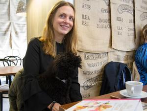 Yvonne Hedberg har med sig receptböcker till Köping och hon känner en koppling till den verksamhet som finns i den gamla skeppshandeln i dag.