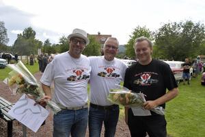 Niklas Nouvel och Torbjörn Wallin fick centerpartiets guldklöver av kommunalrådet Kjell Tenn, för det jobb som duon gjort för Älvdalen med arrangemanget Musik och Motorfestivalen.