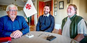 Staffan Ternby, ordförande mästare och vd för frimurarnas fastighetsbolag Birkaporten med  Anders Bruse, ordförande i Birkaporten, och Nicholas Thalén, ämbetsman.