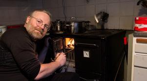 Peder Edvinssons har skrivit en fackbok om vedspisar, kaminer och kakelugnar.