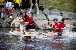Barn och fritid visar att hockeyklubbor också funkar att ta sig fram med.