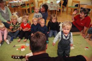 SPANING. Sigge, 1 år, betraktar gitarristen Johan J:son Ljung.