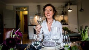 Catharina Lindeberg-Bernhardsson är dukningsexpert och har ordnat en sommarfestdukning att inspireras av. I år är det dova och metalliska färger som gäller.