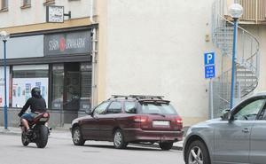 Mitt emot Missionskyrkan i Bollnäs har tre parkeringsfickor tagits bort.