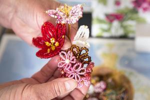 Att göra blommor av små pärlor är Elsa Knutssons senaste passion inom hemslöjden.