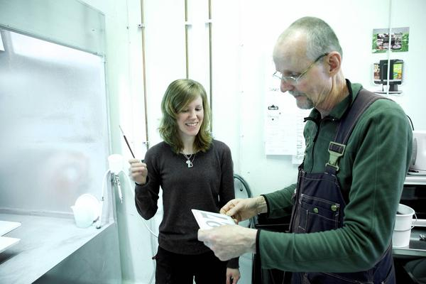Erika Tysk är landets ende lärling som emaljskylttillverkare. Lärare är hantverkaren Björn Ekedahl.