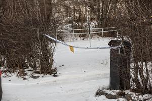 Bostaden på Öster i Hudiksvall är fortsatt avspärrad då ytterligare tekniska undersökningar kan komma att ske på brottsplatsen.