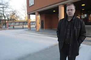 Jag kan inte annat än beklaga om de drar sig ur, säger Håge Persson (M) om att Framfast troligen inte kommer att bygga lägenheter vid Svanvägen.