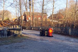 Många broar är bra, andra kan bli bättre och vissa är usla. När kommunen inspekterade bron över Ågatan i Hjortkvarn upptäcktes att den är i så dåligt skick att den måste stängas av. Det är också oklart vem som äger bron. Foto: Katarina Hanslep/arkiv