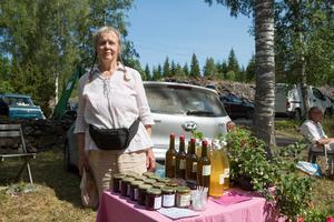 Margreth Nilsson brukar komma på tändningen av kolmilan varje år. Här står hon och säljer egentillverkad sylt och saft och även den del blommor. Pengar som blir över skänker hon till föreningen Gnesta Solidaritet.