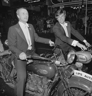 Skådespelarna Rutger Hauer och Jeroen Krabbé anländer med gamla motorcyklar till premiären av Paul Verhoevens  krigsfilm