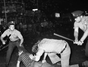 Sommaren 1969 stormar polisen ännu en gång in på baren Stonewall Inn i New York för en razzia mot hbtq-personer. Motståndet blir starkt och protesterna växer. Stonewall-revolten är en grund för Priderörelsen. Arkivbild: AP/TT
