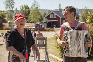 Mikael Jonasson som spelat dragspel sedan han var fem år överraskade med att spela för en gäst som fyllde år. Här tillsammans med Anna Eriksson, en av dem som var med på kalaset.