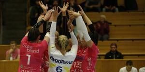 Jubel i Örebro Volley i storsegern hemma mot bottenlaget Degerfors.