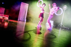 Fouzia Rakez och David Eriksson använder cirkusens risktagande och samspelthet som metafor för en svindlande parrelation.