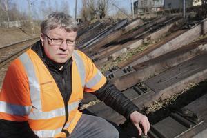 Cirka 1 500 sliprar har lagts ut efter sträckan fram till Högbergskyrkan och kommer att bytas de närmaste två veckorna, berättar Tommy Sundin vid Infranord.