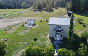 Den här hästgården i Fors norr om Örnsköldsvik såldes för 2 520 000 kronor. Bild: Skandiamäklarna