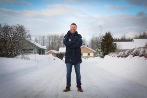 Svenne Olsson på gatan hemma i bandykvarteret Stormyran.