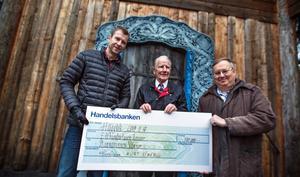Pål Åberg, Kurt Viberg och Lennart Lundkvist samlas kring den symboliska checken. Arkivbild
