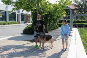 King med husse Anders och lillmatte Emma utanför djursjukhuset i Uppsala.