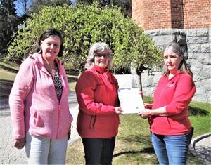 Maj-Inger Forsberg och Ann-Christin Halén överlämnar gåvan till Kerstin Nilsson.
