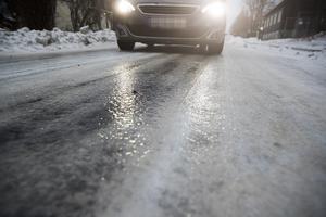 Så här års kan vägunderlaget vara förrädiskt. Då vill det till att ha bra vinterdäck på bilen.