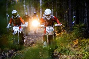 Enduro bjuder på utmanande motorcykelkörning i varierande terräng.