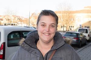 Caroline Schröder, 39 år, Rimbo: – Jag tycker att bostadssituationen i hela kommunen är katastrof. Istället för lyxiga lägenheter borde man snarare bygga fler bostäder i rimliga prisklasser. För den som är ensamstående är bostadspriserna i kommunen orimliga.