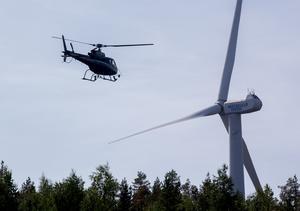 Under måndagen inspekterades branden på Möckelsjöberget med helikopter. Det brinner fortfarande i området.