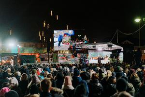 Folkets jubel när summan,  50 572 139 kronor, avslöjades på Stora torget.