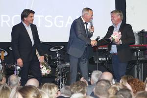 Tomas Ackelmann delar ut galans hederspris till två tungviktare inom Roslagsens idrottsliv. Så väl Mikael Teurnberg, Rospiggarna, som Bosse Andersson, Djurgårdens IF, lyftes fram för sina insatser.