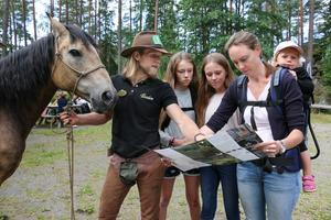 Sebastian tipsar Nora, Elsa, Matilda och Maja Helzén om bra vandringsleder.