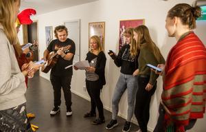 Flera av de medverkande går det estetiska programmets musikinriktning, och här övar Marions hovdamer en sång.