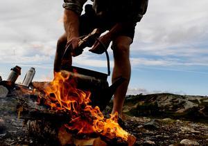 Kaffekokning över öppen eld – så gjordes det i timmerkojan och så görs det nu i den fria naturen. Bild: Jurek Holzer