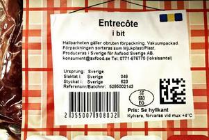 Svensk köttråvara betyder att köttet kommer från svenska djur. Allt kött som marineras, saltas eller på annat sätt förädlas i Sverige förvandlas däremot till svenskt, utan att behöva vara det från början. Det har med EU:s regler om ursprungsmärkning att göra.Axfood är föredömligt tydliga i sin märkning. Så här behöver man inte skriva om man inte vill.