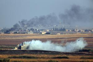 Bilden är tagen från den turkiska sidan in mot Syrien. Röken vittnar om turkiskt anfall.