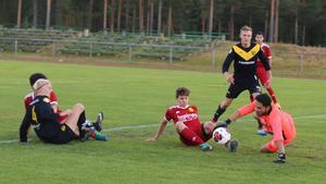 Svegs Rasmus Nilsson var ofta framme och skapade farligheter. Här lyckas dock gästernas målvakt norpa bollen framför Nilssons fötter.