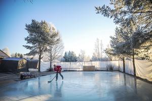 Hockeyn har han med sig sedan han var liten och växte upp intill hockeyrinken i centrala Hackås.