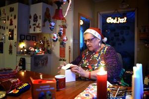 Det tar tre veckor för Anita  och hennes make Gösta att plocka fram alla tomtar inför julen.