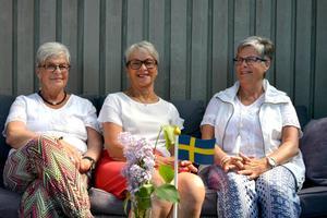 Gun-Britt Åström, Inga-Britt Åström och Maj-Britt Nironen fyller tillsammans 210 år, vilket firas med barn och barnbarn på Alnö.