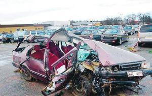 Olycksbilen. Joakim Andersson fick sladd på 252:an, körde in i ett träd och slungades ut genom en sidoruta.Foto: Arkiv