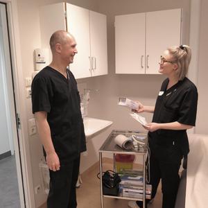 Balazs Rethy och sjuksköterskan Mikaela Eriksson tar ett snack inför behandlingen av en patient.