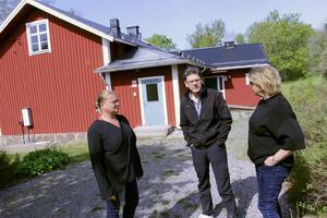 Britta Lundqvist från föreningen Singö utveckling till höger i bild. Från vänster Anki Willix och Peter Wahlfort. I bakgrunden den nedlagda Singö skola.