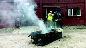 Foto: Bild från förundersökningen. Räddningstjänsten var snabbt på plats i Arboga och kunde släcka branden som startat i ett metallskåp.