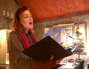 """Annika Östman sjöng solo kraftfullt och vackert både """"Ave Maria"""" och """"Stilla natt"""". Foto: Uno Gradin"""