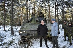 Norges forsvarsminister Frank Bakke-Jensen (t.h.) med sin svenska kollega Peter Hultqvist på besök hos svenska soldater under den stora Nato-övningen Trident Juncture 18 i Norge.FOTO: Tomas Bengtsson/TT